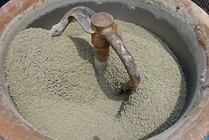 ガチン固と硬化剤、水を配合しミキサーで撹拌します。
